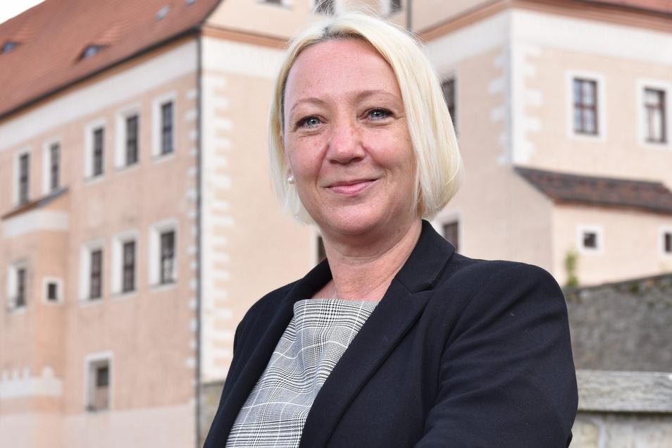 Ines Hanisch-Lupaschko, Geschäftsführerin Tourismusverband Erzgebirge, vor dem Schloss Dippoldiswalde.