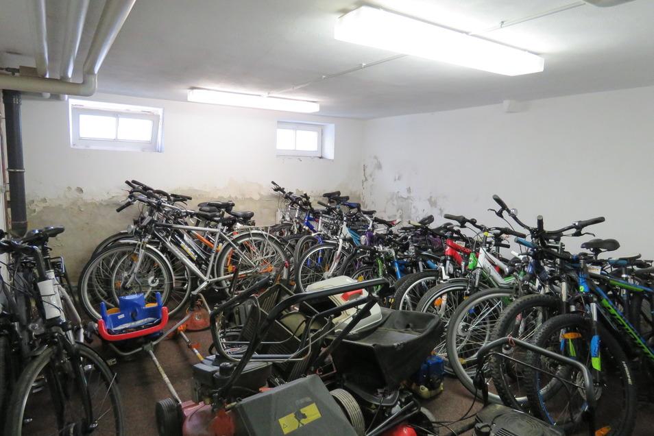 Allein 28 Fahrräder haben Polizisten sicherstellen können.