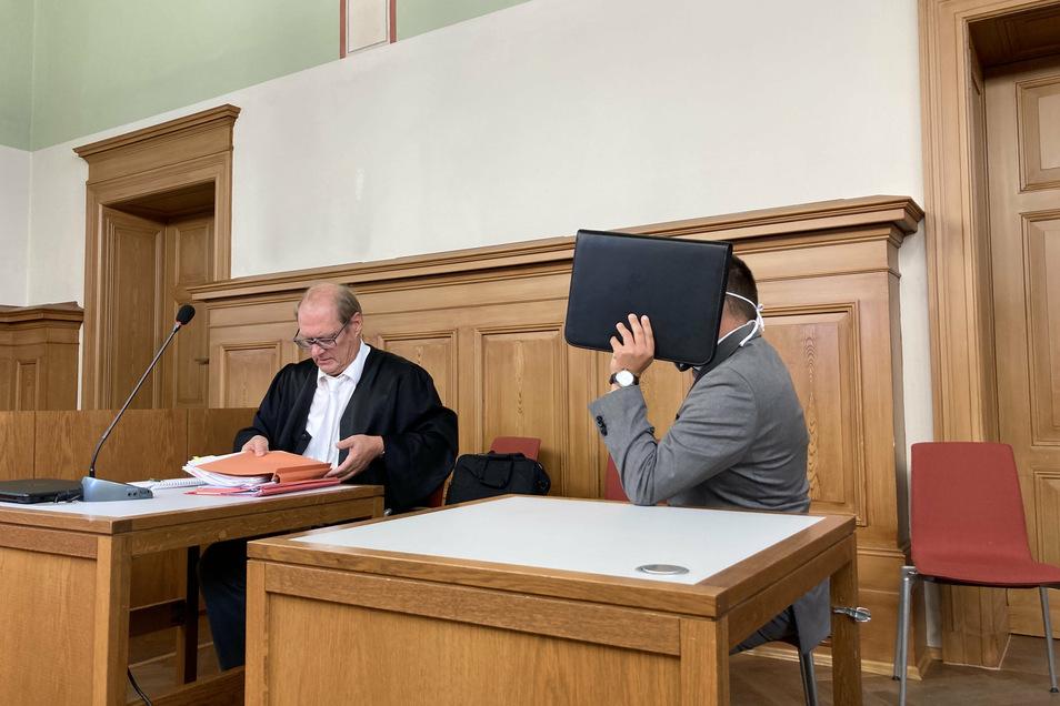 Mit seinem Verteidiger Thomas Kotré sitzt Ringo G. im Schwurgerichtssaal des Landgerichtes Görlitz. Der Krankenpfleger aus Pulsnitz soll einem Patienten unverzichtbare Medikamente vorenthalten haben.