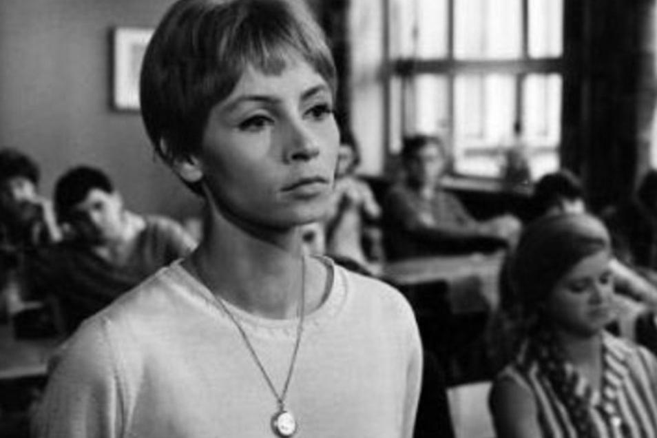 """In """"Karla"""" spielte Jutta Hoffmann 1965 eine junge Lehrerin, die sich unbeirrbar für die Meinungsfreiheit einsetzt. Der Film wurde verboten, wie ein Dutzend andere des Jahrgangs 1965, darunter """"Spur der Steine""""."""