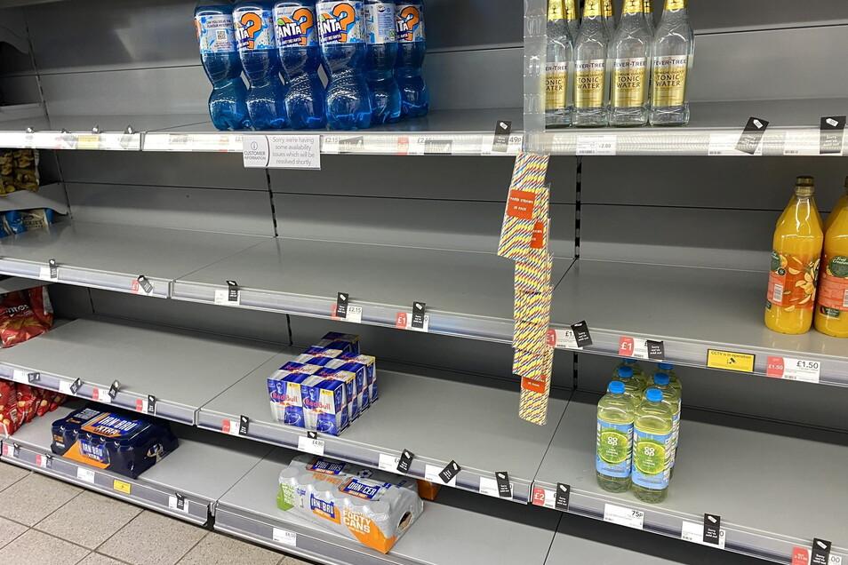 Dieses von @HapG86 auf Twitter veröffentlichte Foto zeigt leere Regale in einem Supermarkt. Das Unternehmen antwortete dem Twitter-Nutzer, dass der geringe Lagerbestand darauf zurückzuführen sei, dass sich viele Mitarbeiter sich coronabedingt in Selbst