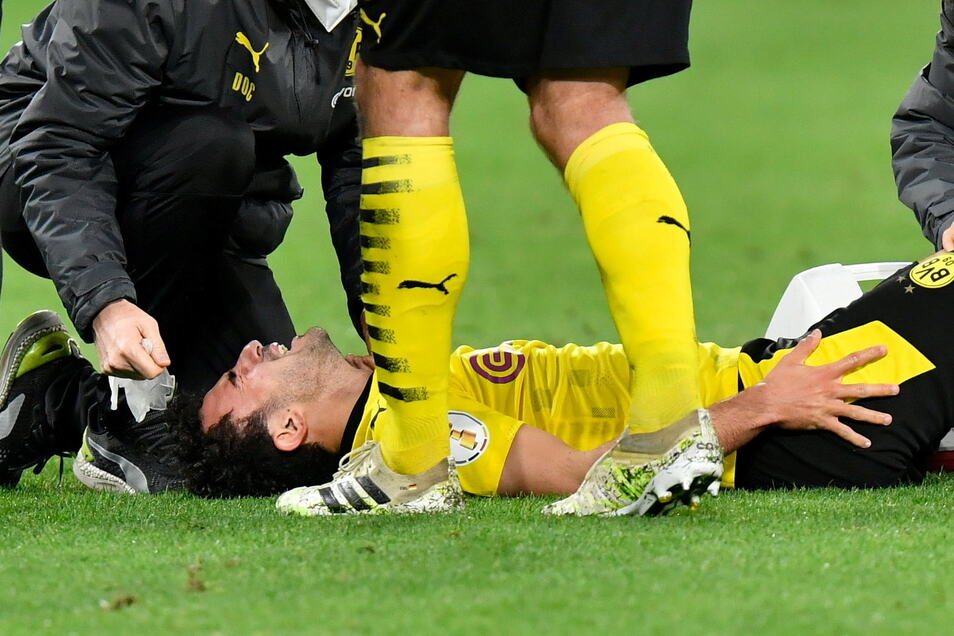 Dortmunds Mateu Morey liegt verletzt auf dem Platz. Noch am Abend wird er ins Krankenhaus gebracht.