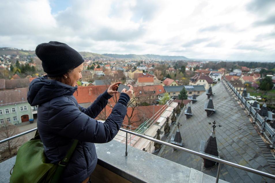 Hat eine gute Übersicht über das, was in den nächsten Wochen mit dem Dach der Friedenskirche passieren soll - Pfarrerin Annegret Fischer auf dem Turm des Gotteshauses in Altkötzschenbroda.