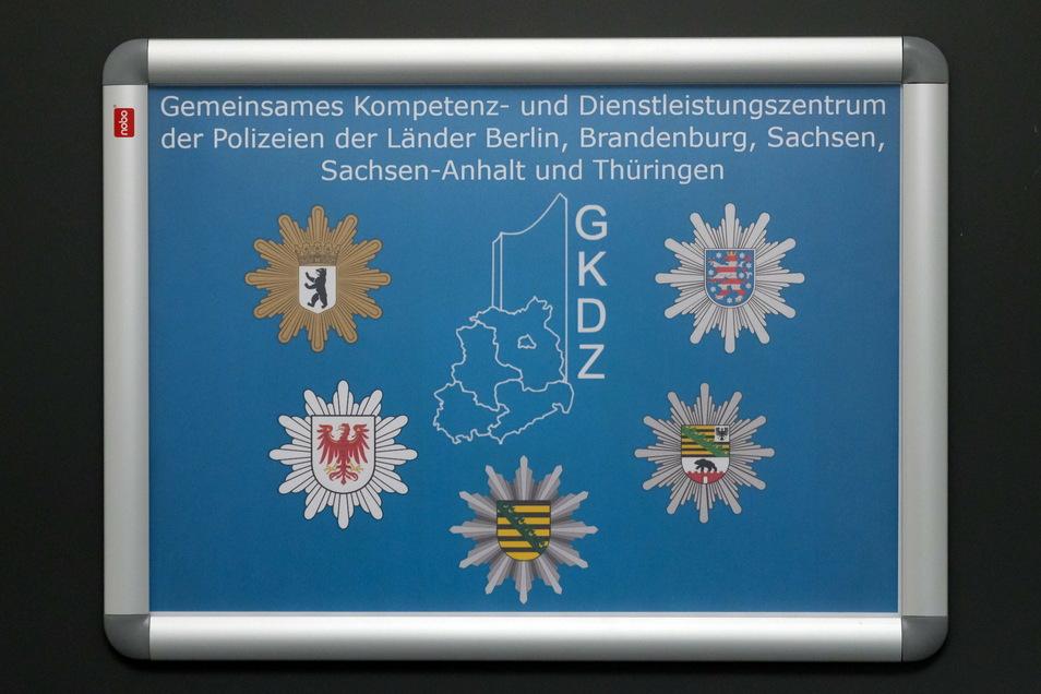 Ein Schild des Gemeinsamen Kompetenz- und Dienstleistungszentrums (GKDZ) ist an einer Tür auf dem Gelände des Leipziger Standortes der sächsischen Bereitschaftspolizei angebracht.