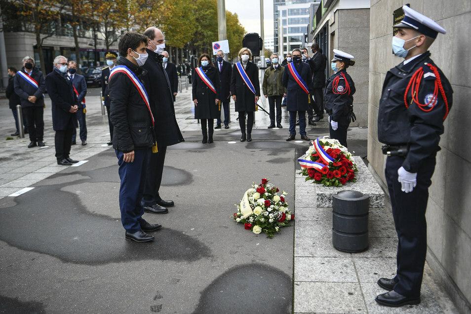 Der Bürgermeister von Saint-Denis, Mathieu Hanotin (l), und der französische Premierminister Jean Castex nehmen an einer Kranzniederlegungszeremonie anlässlich des 5. Jahrestages der Anschläge vom 13. November 2015 teil