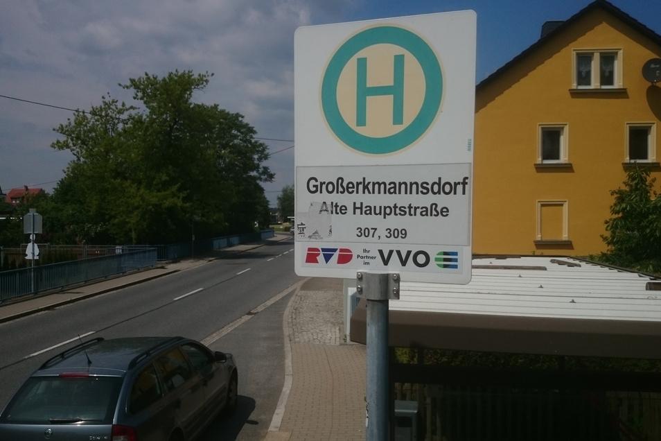 """An der Haltestelle """"Alte Hauptstraße"""" steht in Fahrtrichtung Radeberg ein Bushäuschen. Gegenüber wird dringend eins benötigt."""