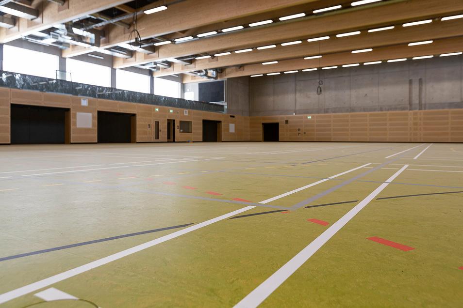 Die Drei-Feld-Sporthalle von innen. Sie kann, mit Hilfe von schweren Vorhängen, in drei kleinere Sporthallen umgebaut werden. Tore, Kletterstangen und Sprossenwände sollen in den nächsten Tagen montiert werden.