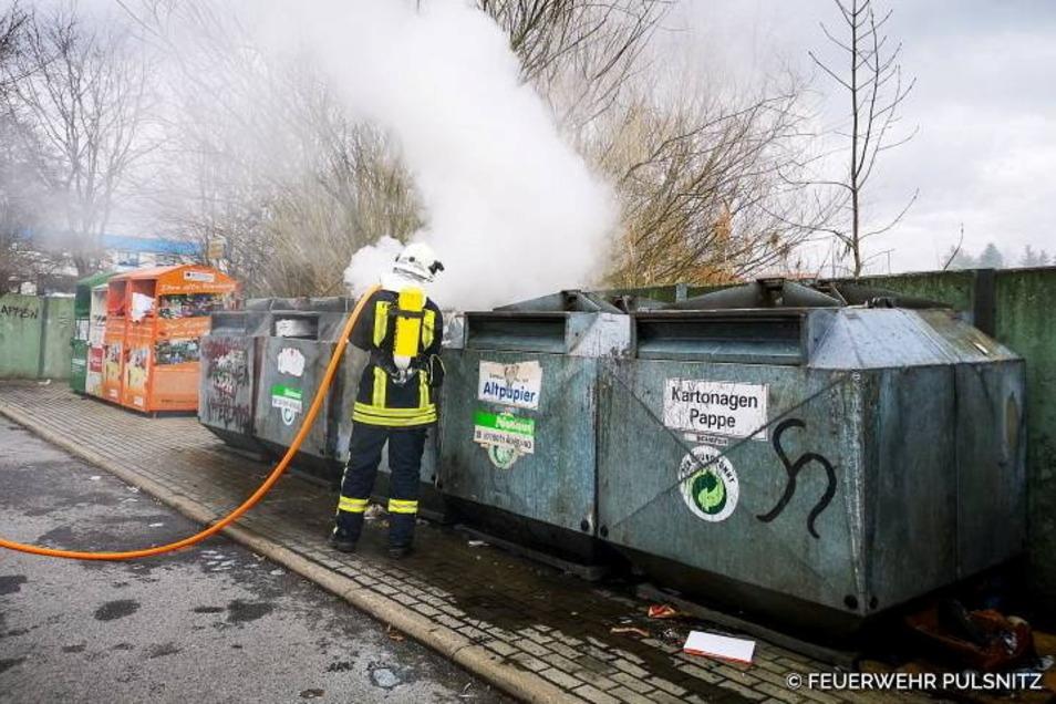 Die Freiwillige Feuerwehr Pulsnitz löschte am Dienstag den Brand eines Papiercontainers an der Nordstraße.