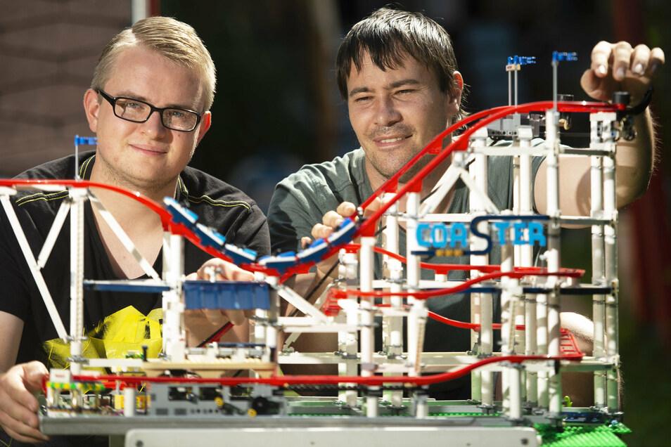 Max und Marcel Ressel zeigen bei der Lego-Ausstellung unter anderem eine Achterbahn.