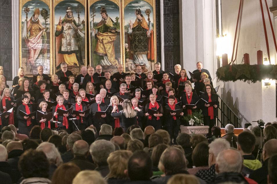 Unter der Leitung von Lisa Häntzschel sorgte der Döbelner Stadtsingechor in der Nicolaikirche mit Advents- und Weihnachtsliedern für festliche Stimmung.