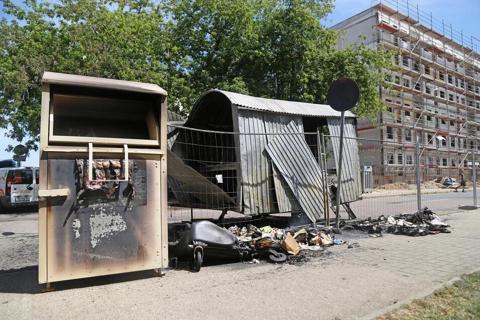 Am Karl-Marx-Ring wurden nicht nur zwei Altpapiercontainer zum Raub der Flammen. Auch ein Bauwagen brannte komplett ab, zudem wurde ein Altkleidercontainer beschädigt.