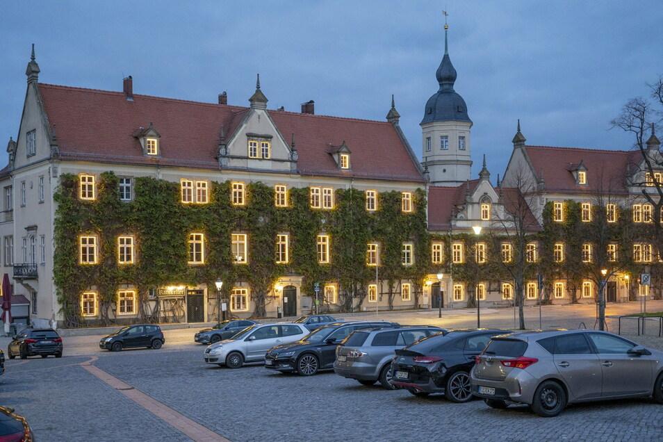 Schön beleuchtet zeigt sich das Riesaer Rathaus seit dem 1. Advent. Aber einen Weihnachtsmarkt wird es 2020 dort nicht geben - das steht seit Montag fest.