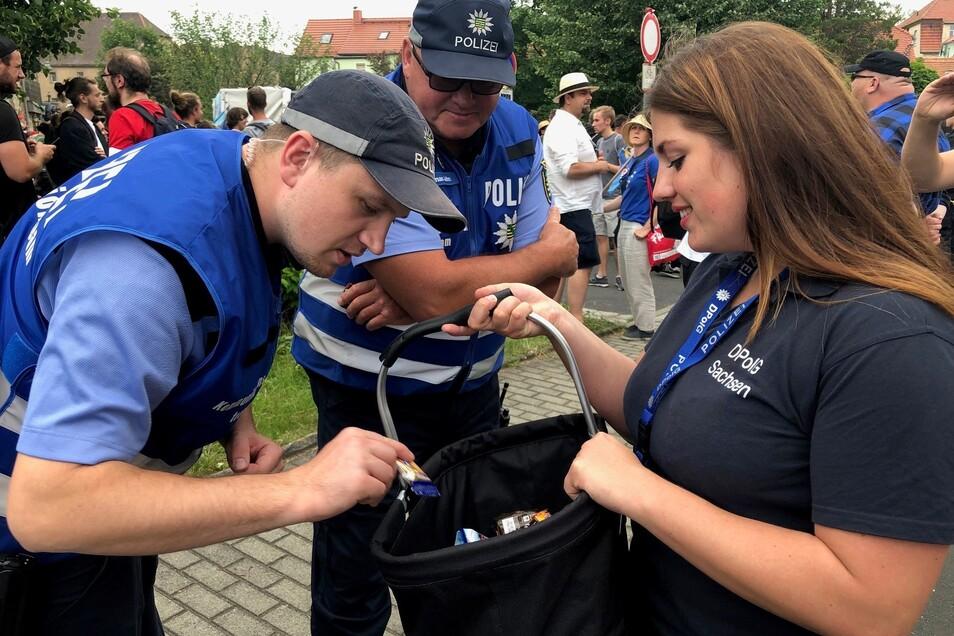 Eine Mitarbeiterin der Polizeigewerkschaft verteilt Schokoriegel an Polizisten.