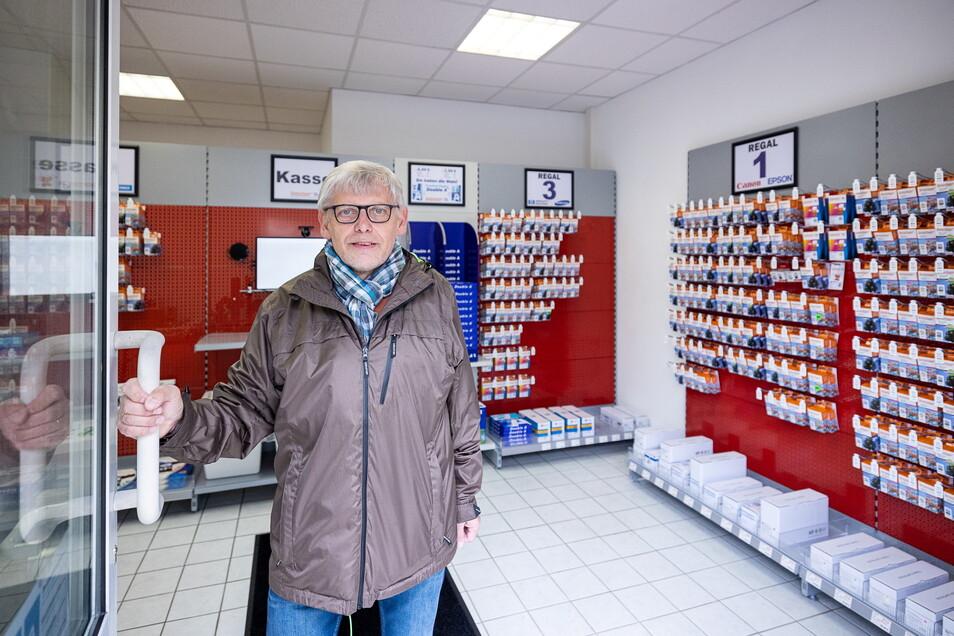 """Nur fürs Foto hält Kundenbetreuer Ulf Lehnert die Tür des """"Tintenfuzzy"""" in Freital auf. Das Geschäft für Druckerzubehör funktioniert als erstes in Sachsen völlig ohne Personal."""