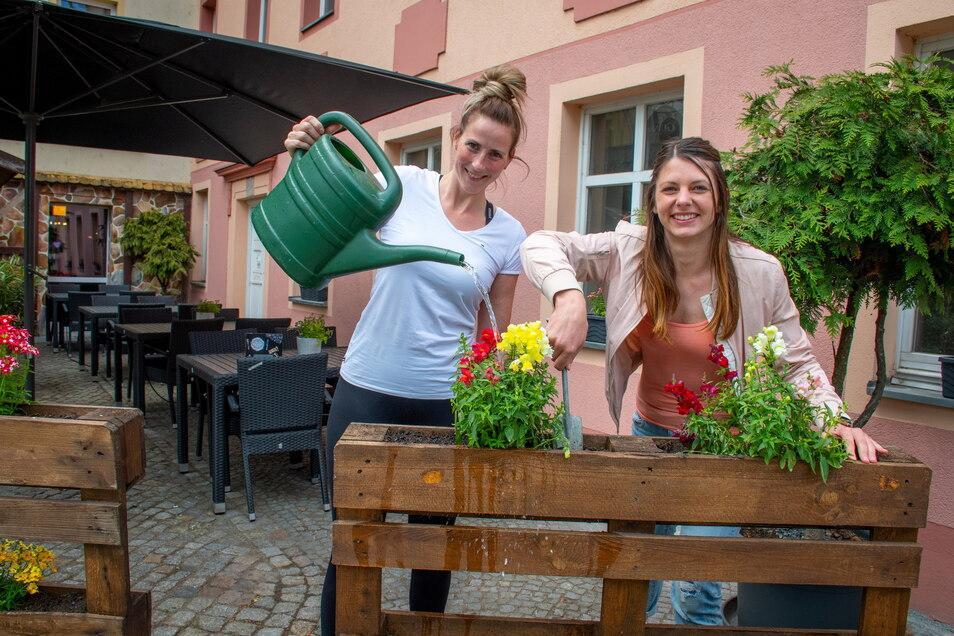 """Denise Klette (rechts) und Nicole Morgenstern haben für die Öffnung des Biergartens im """"Old Town Pub"""" Döbeln alles vorbereitet."""