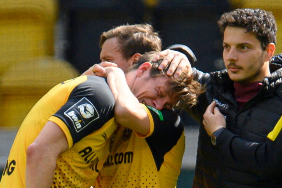 Nach dem Sieg gegen Viktoria Köln bricht Tim Knipping in Tränen aus, wird getröstet. Sein Stiefvater lag da auf der Intensivstation, kämpfte um sein Leben.