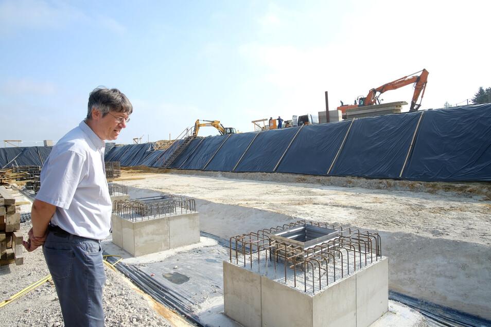 Regelmäßig nimmt Architekt Knut Hauswald die Baustelle unter die Lupe. Einige der insgesamt 20 Fundamente für die Dachstützen der Sporthalle haben die Bauarbeiter schon fertiggestellt.