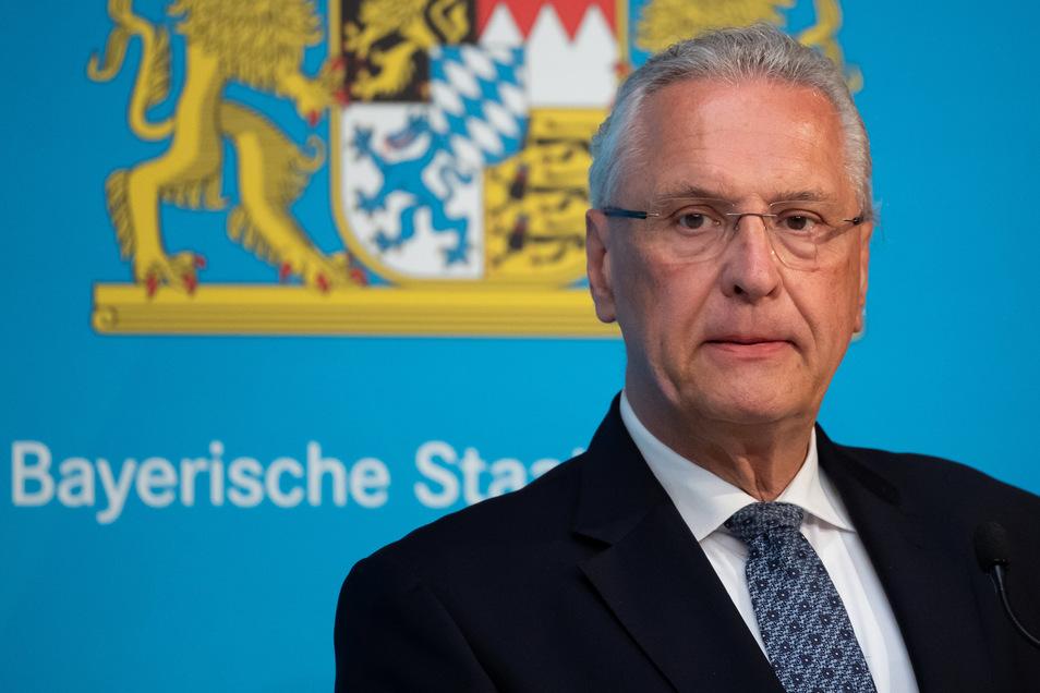 Bayerns Innenminister Joachim Herrmann (CSU) hat Thüringens Ministerpräsident Bodo Ramelow (Linke) für die angedachte Lockerung der Corona-Regeln scharf kritisiert.