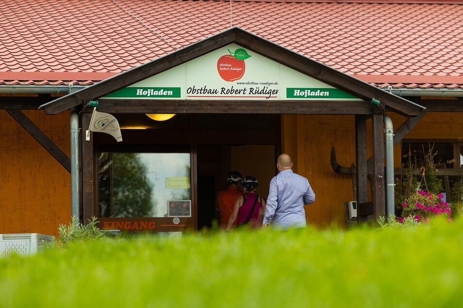 Den Hofladen hat bereits Robert Rüdigers Vorgänger Lothar Schlage bauen lassen. Inzwischen ist er kein Geheimtipp mehr, immer mehr Kunden kaufen hier die eigenen Produkte des Obstbaus sowie regionale Produkte von Herstellern aus der Region. Mittlerweile steht Qualität über dem Preis.