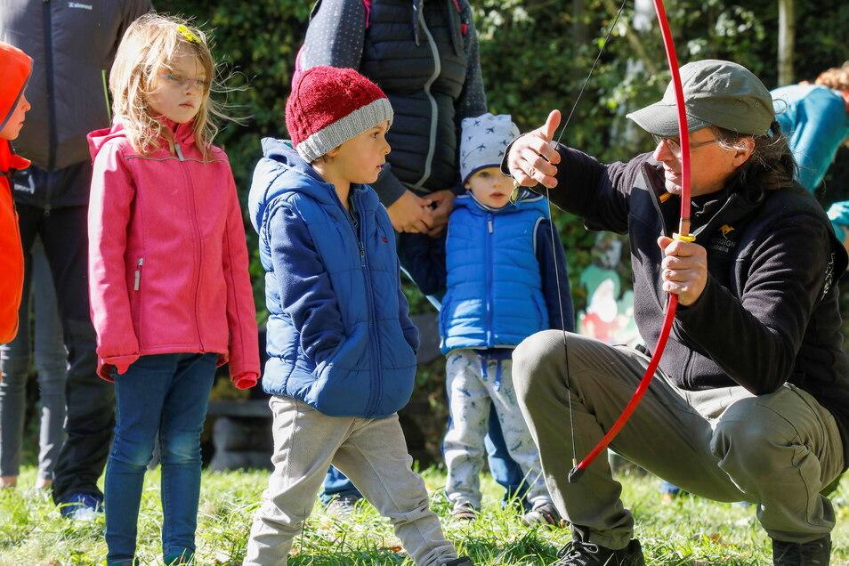 Frido lässt sich das Bogenschießen erklären.