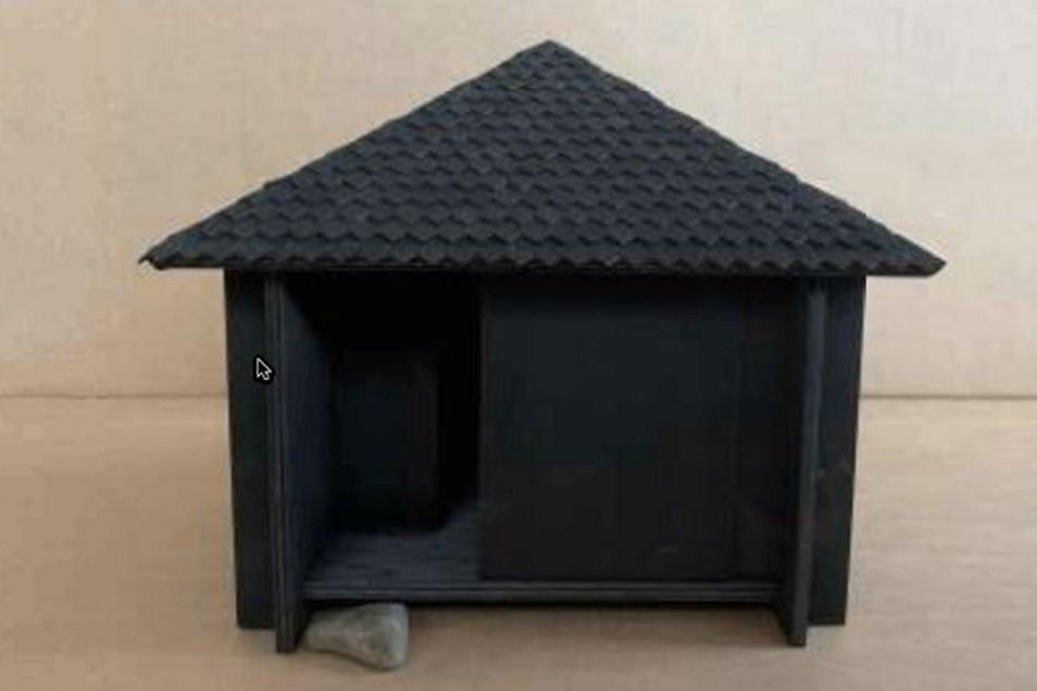 Auf den ersten Blick eine ganz normale Hütte. Der Entwurf von Anna Vöck besticht jedoch durch Details. In dem Haus befindet sich neben den geforderten Schlafplätzen ein Meditationsraum, in dem Wanderer die Eindrücke des Tages verarbeiten können. An den Außenwänden sind weitere Sitzbänke montiert. Die Schiebetür erinnert an den japanischen Baustil.
