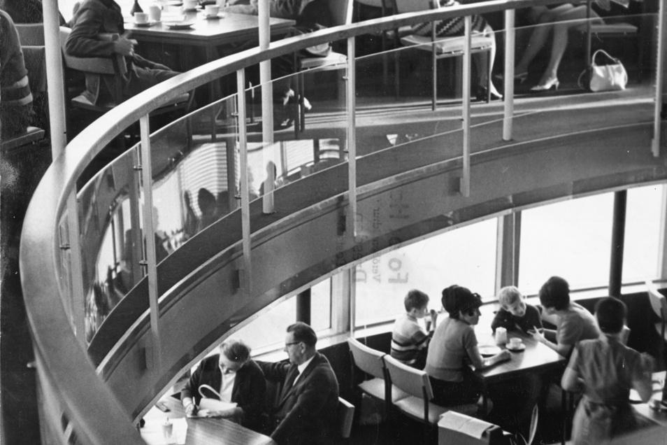 Das Fernsehturmcafé erstreckte sich über zwei Ebenen.