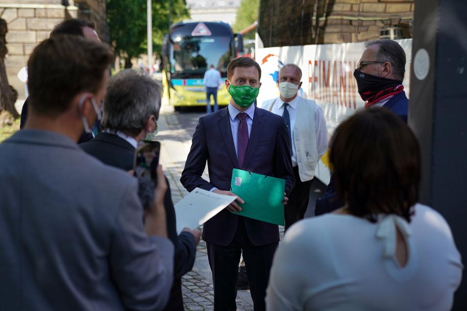 Geht keinem Gespräch aus dem Weg: Ministerpräsident Michael Kretschmer auf einer Demo von sächsischen Reiseveranstaltern und Bus-Unternehmern im Mai 2020.