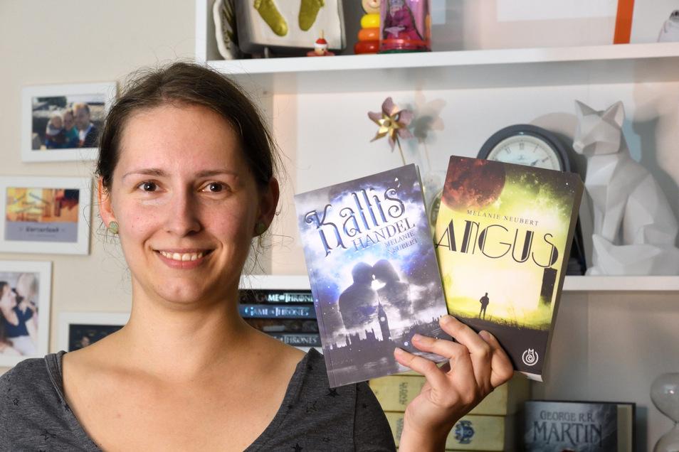 """Die Freitaler Autorin Melanie Neubert steht mit ihren Büchern """"Angus"""" und """"Kallis' Handel"""" in ihrem Wohnzimmer in Freital."""