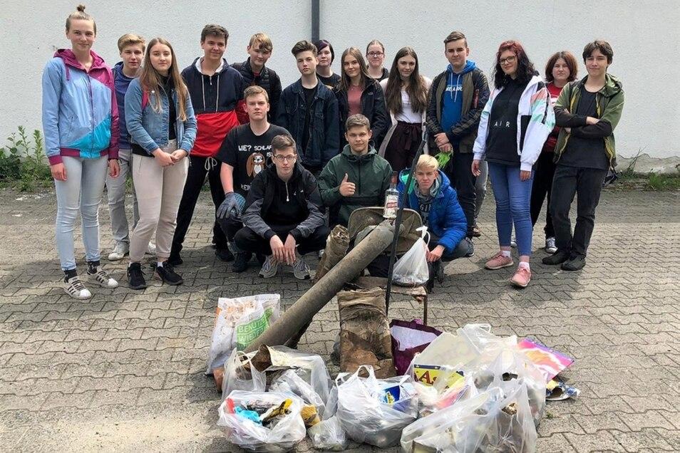 Bei einer Sammelaktion der Oberschüler im Bernsdorfer Stadtgebiet kam allerhand Unrat zusammen. Im Bild ist nur ein Teil zu sehen.
