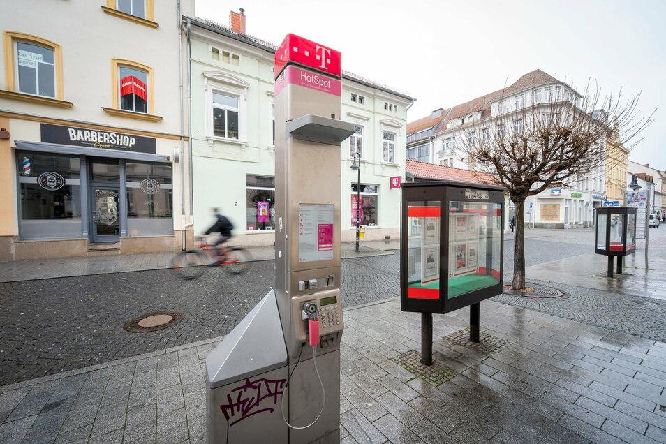 Kann mehr als telefonieren: die Telekom-Technik in der Riesaer Fußgängerzone.