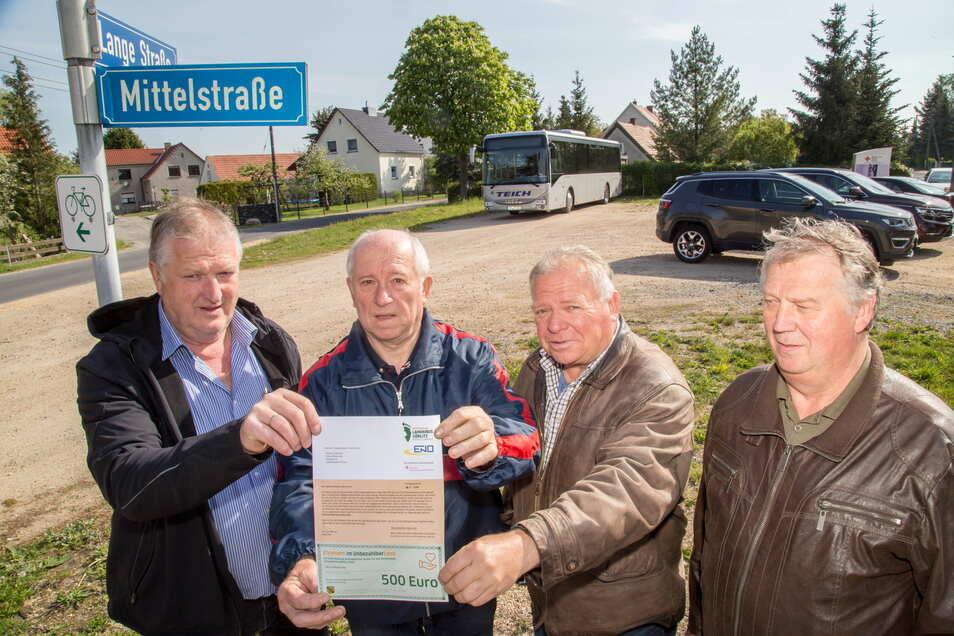 Der Ortschaftsrat vom Nieskyer Ortsteil See wollte eine Kreuzung zum Rosengarten umgestalten. Dafür gab es im Mai 2019 einen Scheck über 500 Euro aus dem Ehrenamtsbudget.