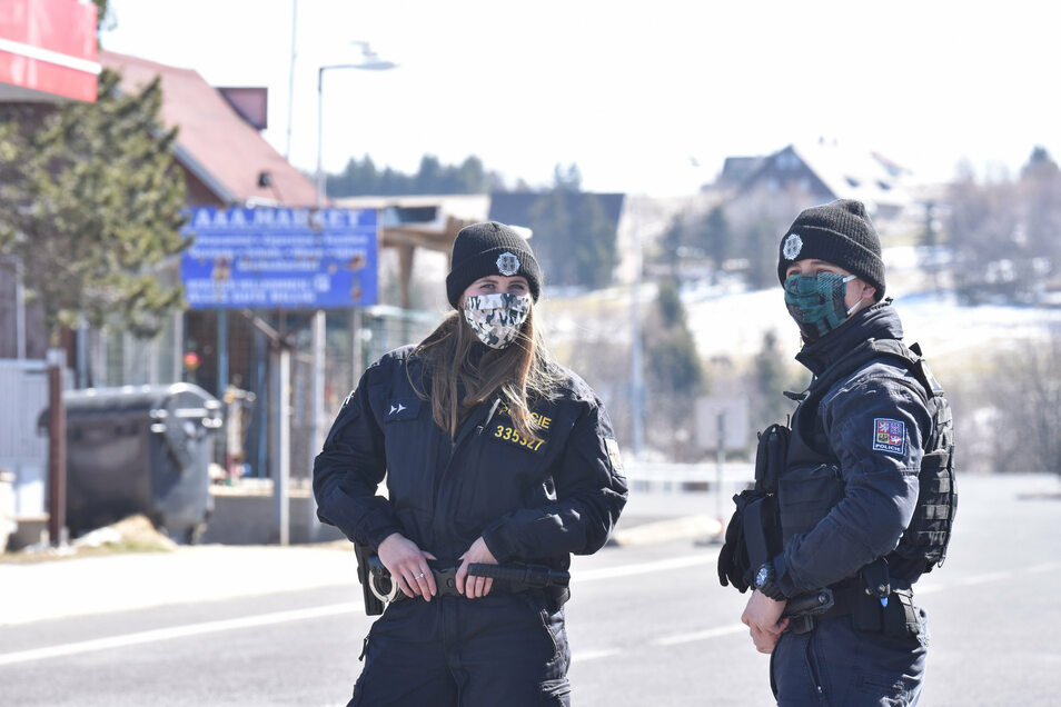 Tschechische Polizisten am Grenzübergang Zinnwald/Cínovec. Die vietnamesischen Händler haben mittlerweile ihre Geschäfte verlassen.