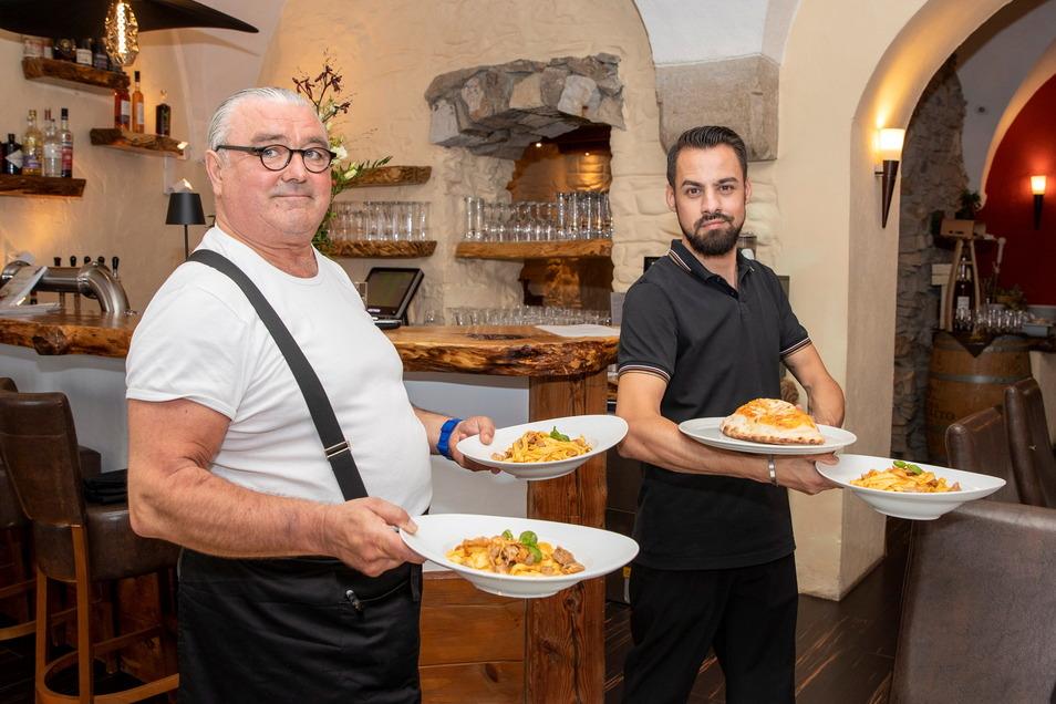 Neffe und Onkel sind das neue Ratskeller-Team in Dohna: Alessandro Horrion (r.) ist der Chef und kocht, Antonio Andreose ist der Mann für den Service.
