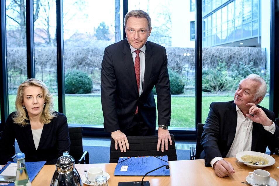 FDP-Generalsekretärin Linda Teuteberg (l-r), FDP-Chef Christian Lindner und Wolfgang Kubicki, stellvertretender FDP-Parteivorsitzender, am Freitag bei der Sitzung des Bundesvorstands.