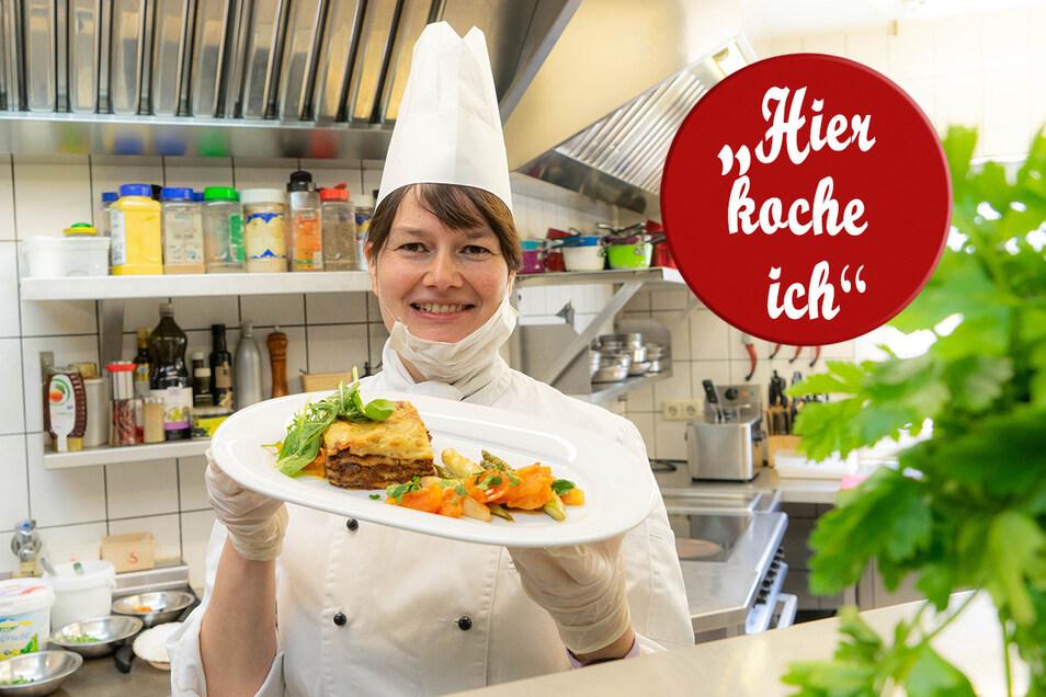 Tina Weßollek vom Restaurant L'Auberge Gutshof in Bischofswerda zeigt ihre Lasagne mit gebratenem Spargel und Tomatenfondant. Handschuhe und Mundschutz sind in der Küche Pflicht.