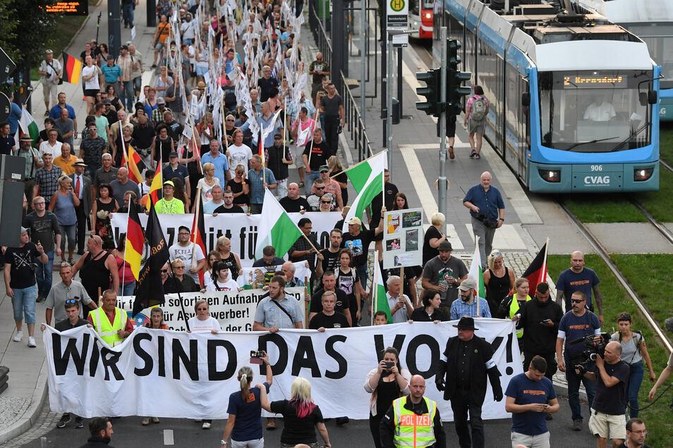 Unterstützer von Pro Chemnitz laufen durch das Stadtzentrum.