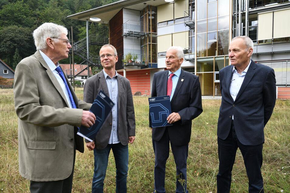 Begegnung vor dem Judeich-Bau: Karsten Kalbitz, Sprecher der Fachrichtung Forstwissenschaften (2.v.l.), mit Horst Morgenroth, Otto Wienhaus und Dieter Geisler (v.l.), die vor 60 Jahren in Tharandt ihr Diplom bekamen.