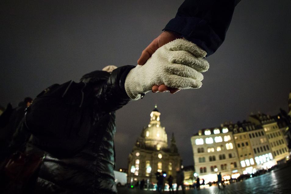Die Menschenkette wird wieder das friedliche Zeichen am 13. Februar in Dresdens Innenstadt sein. Aber auch Rechtsextreme wollen das Datum besetzen.