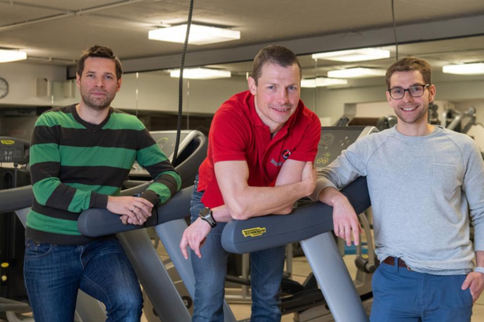 Fitnesstrainer Tell Wollert (Mitte) beantwortet im SZ-Podcast die Fragen von Lesern und redet mit den SZ-Redakteure Henry Berndt (links) und Fabian Deicke über Fitness.. © Robert Michael