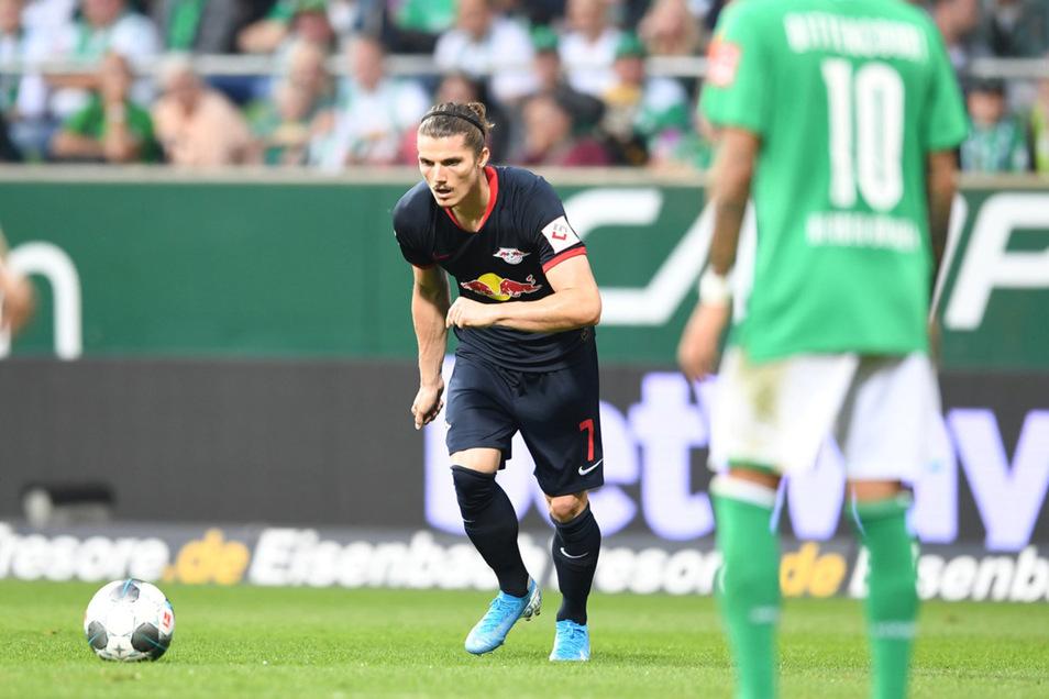 Marcel Sabitzer setzt zum Freistoß an und erzielt damit das zweite Tor für RB Leipzig in Bremen.