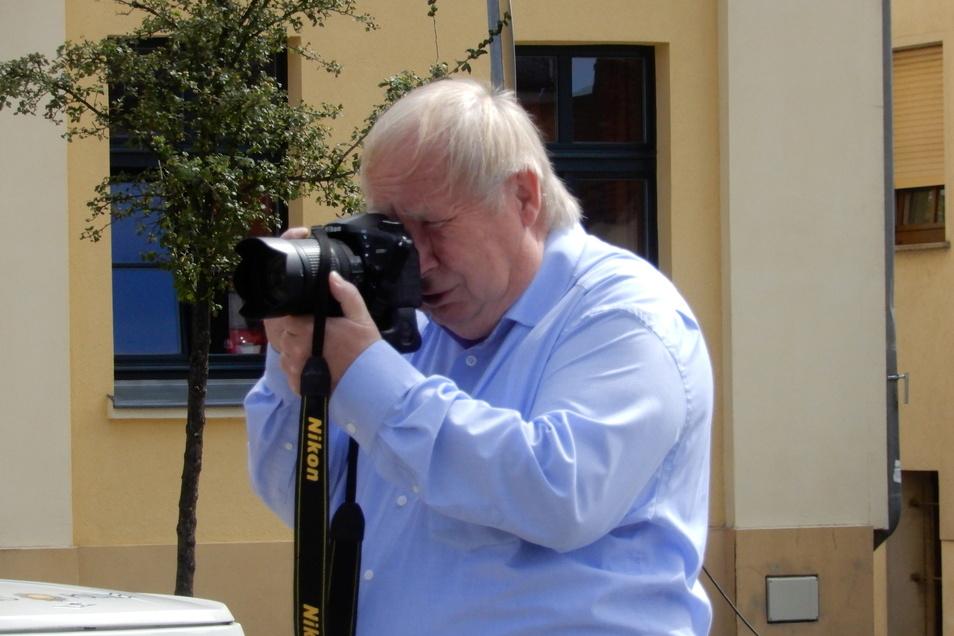 Immer die Kamera vor Augen: SZ-Fotograf Rolf Ullmann im Einsatz wie hier in Rothenburg.