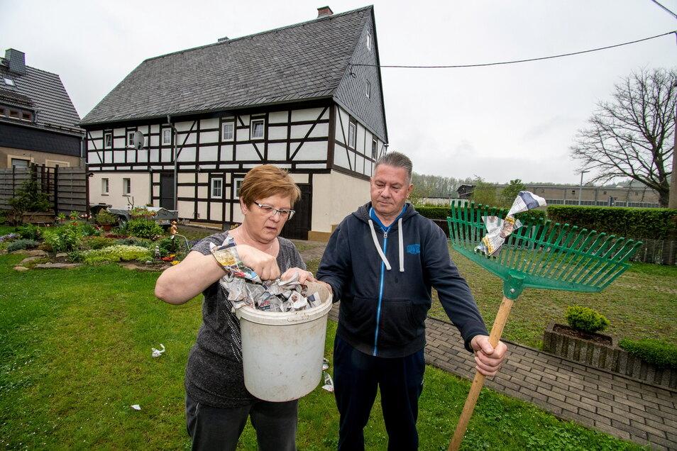 Irene und Uwe Jörgens aus Kriebe-thal müssen in letzter Zeit immer öfter zum Rechen greifen, um Altpapier von ihrem Rasen zu fegen. Starker Wind treibt die Papierschnipsel bis in ihren Vorgarten.