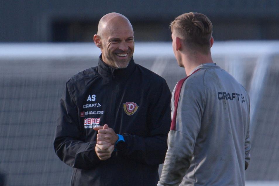 Schon bei seinem ersten Training hatte Dynamos neuer Chefcoach Alexander Schmidt offenbar viel Spaß im Gespräch mit Torwart Kevin Broll.