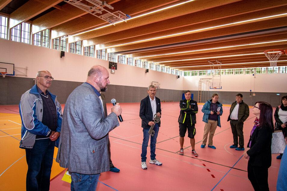 Baurat Erik Brendler führte durch die Sportstätte. Dort stehen eine Zweifelderhalle und ein kleinerer Mehrzweckraum für den Sportunterricht der Grund- und Oberschule zur Verfügung.