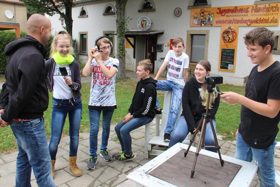 Beim Neukircher Verein Valtenbergwichtel drehen Jugendliche eigene Filme. Nach der Corona-Pause läuft das Projekt jetzt wieder. So nah wie auf diesem Foto vom Herbst 2019 dürfen sich die Teilnehmer aber nicht mehr kommen.