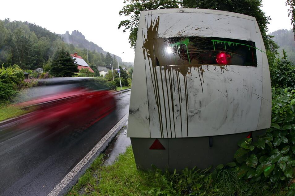 Schon wieder beschmiert: Der mobile Blitzer des Landkreises Sächsische Schweiz-Osterzgebirge.