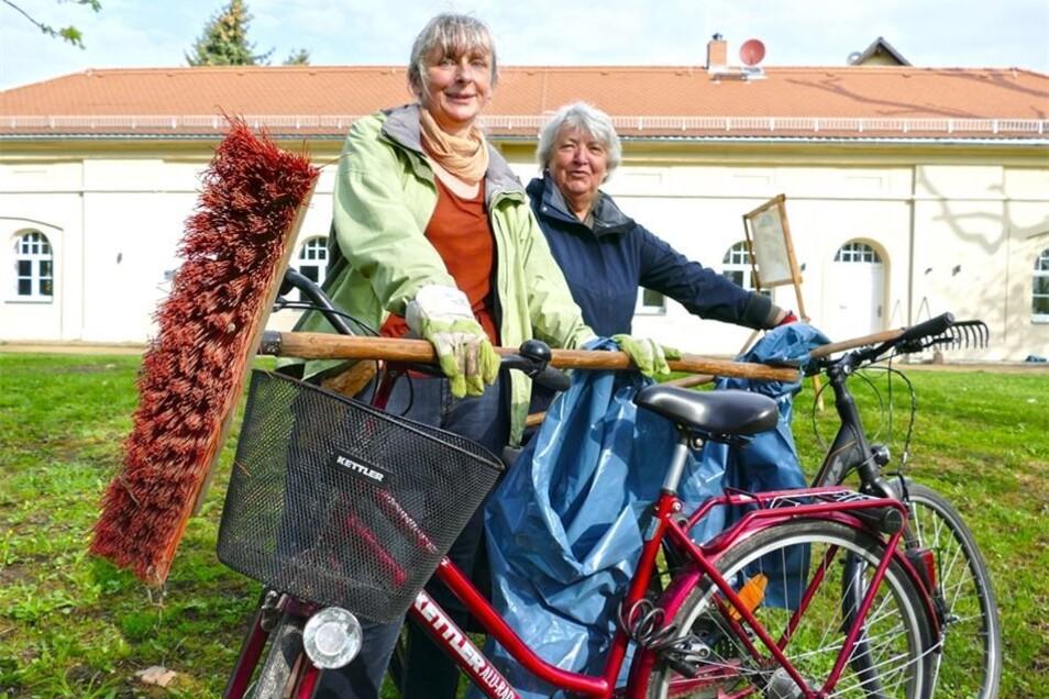 Elberadweg Gröba, Riesa: Kornelia Zietzschmann (l.) und Renate von Wascinski parken ihre Räder an der Schlossremise, dann machen sie sich auf zum nahe gelegenen Radweg.
