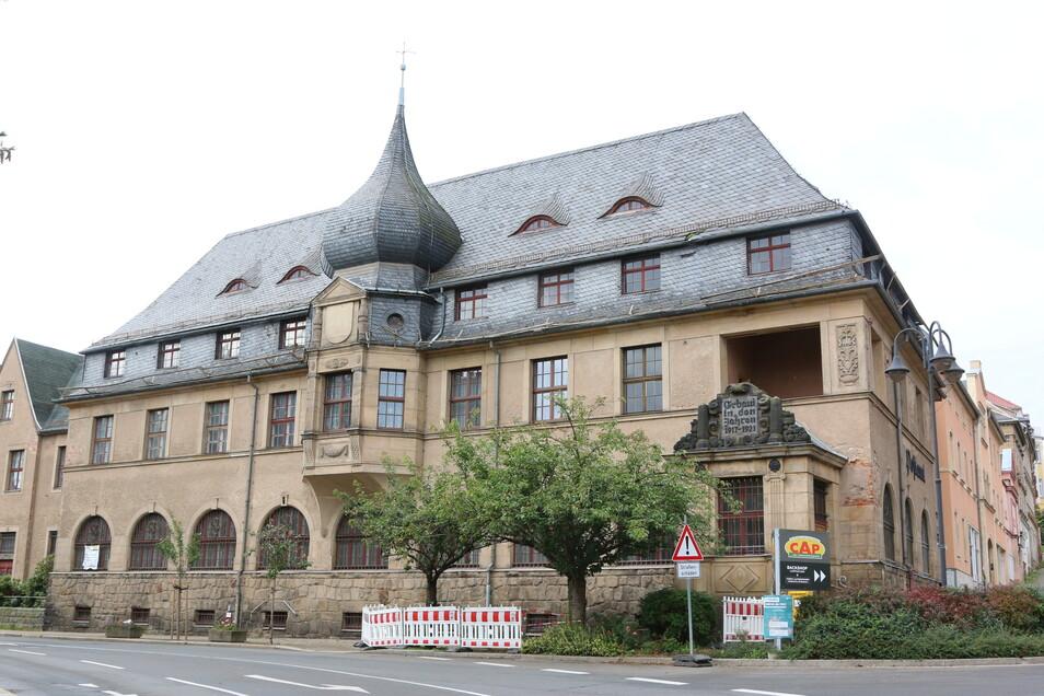 Mit Baken ist der Fußweg vor dem 100 Jahre alten denkmalgeschützten Gebäude abgesperrt.
