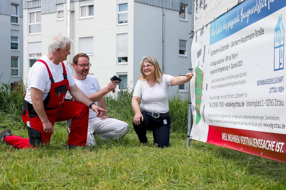 Uta-Sylke Standke, Chefin der Zittauer Wohnbaugesellschaft, - konform zu den Corona-Vorschriften - mit Klaus Püsche und Maik Hahmann vom Hausmeister-Team vor dem neuen Eigenheimstandort in Zittau-Süd.