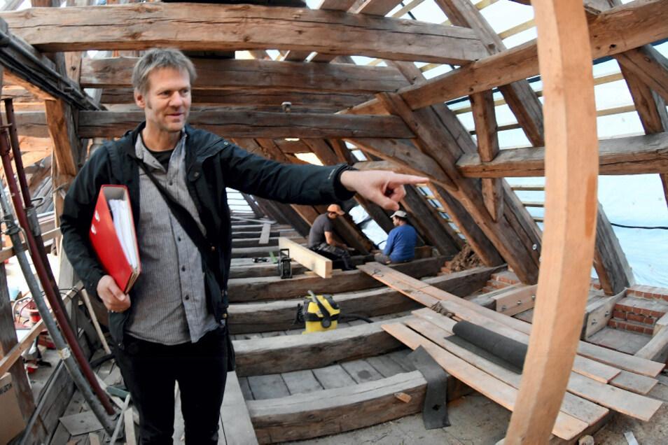 Noch wird am Dachstuhl gearbeitet. Auch diesen zweiten Bauabschnitt betreut Architekt Klaas Fiedler.